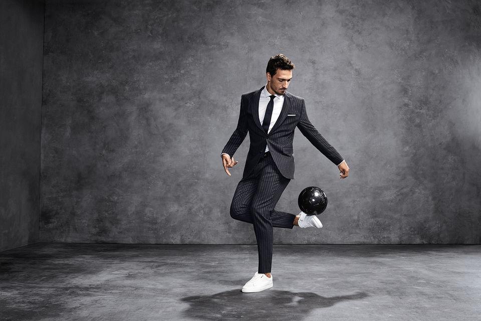 Амбассадором коллекции стал футболист Матс Хуммельс, который  протестировал костюм на прочность, исполнив в нем несколько футбольных  пасов