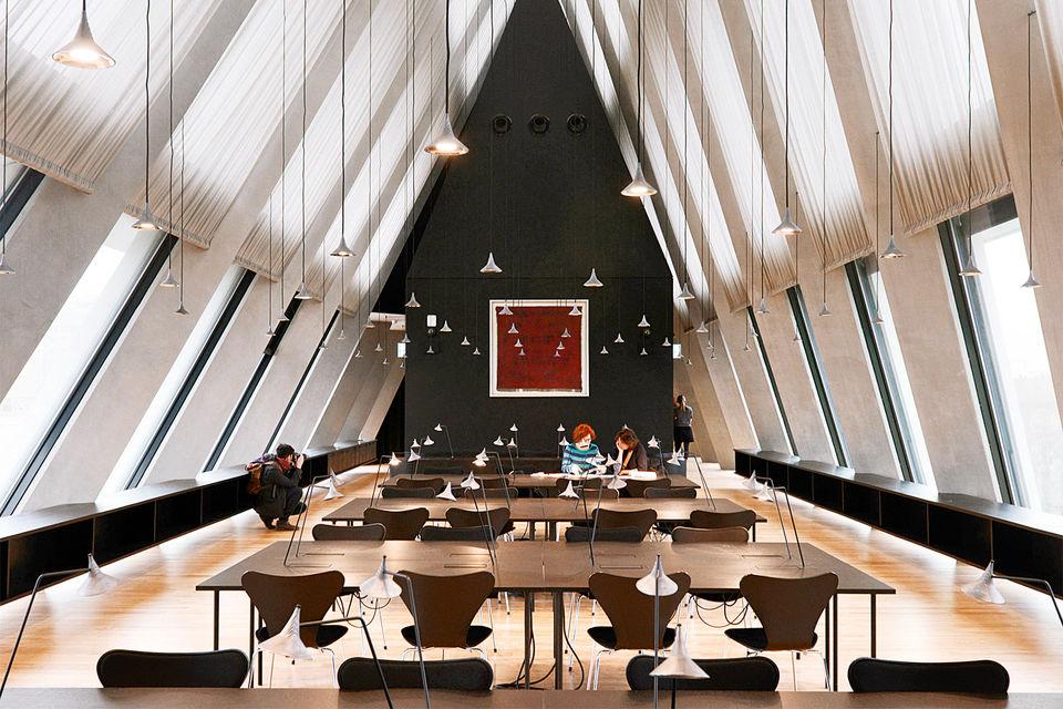 В здании Feltrinelli Foundation на пяти этажах расположились офисы для служащих фонда, библиотека, архивы, лекционные залы, где проходят презентации книг и дискуссии