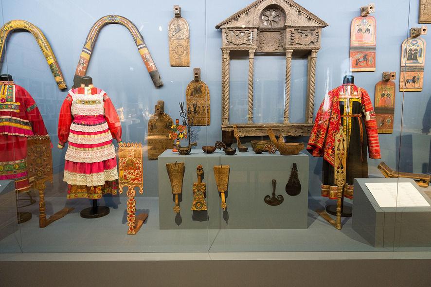 Среди экспонатов можно увидеть прялки, народные костюмы, образцы тканей XIX века
