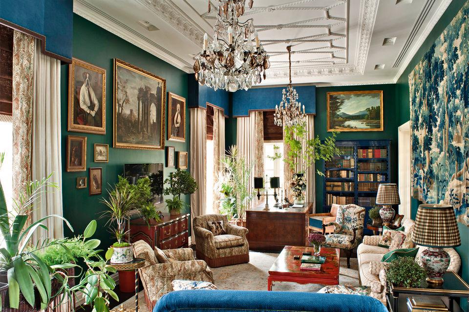 Эта гостиная оформлена декоратором в стиле русской усадьбы