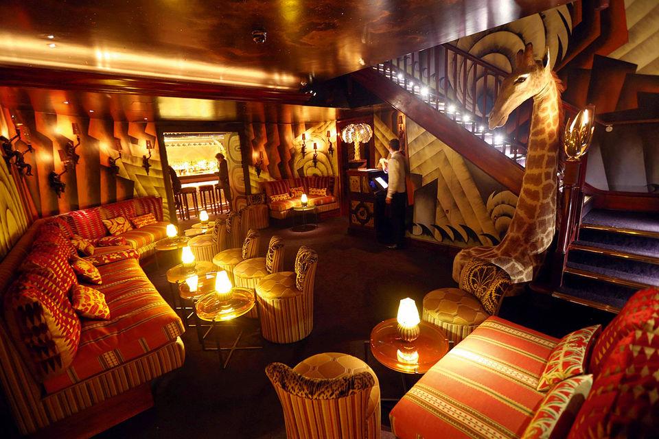 Клуб Loulou's – это настоящее царство уединенных уголков, бархата и зеркал