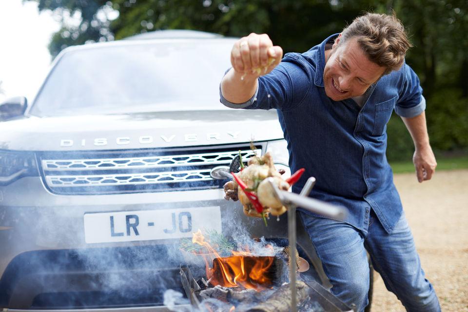 В новом автомобиле для Оливера есть практически все основные устройства для приготовления блюд