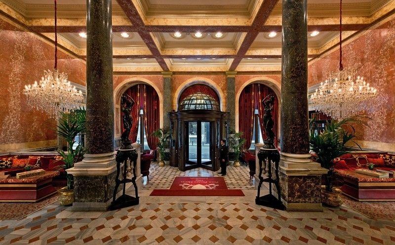 В стамбульском Pera  Palace Hotel Jumeirah в свое время гостили  Ян Флеминга,  Эрнест Хемингуэй и Агата Кристи.