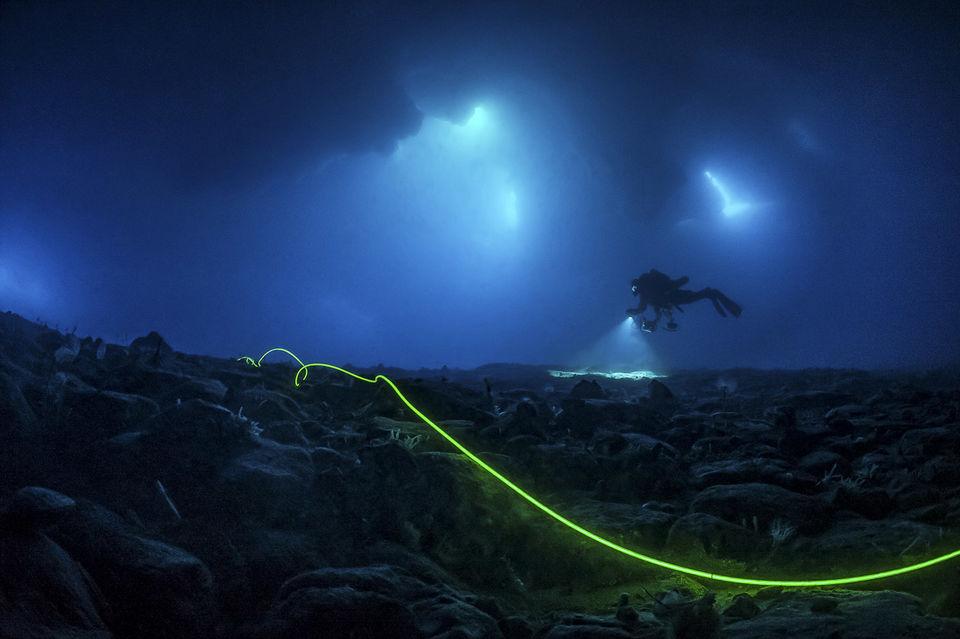 Чтобы сделать первое в мире фото целиком подводной части айсберга команда Лорана Баллесты установила под водной специальную сетку и осветительное оборудование