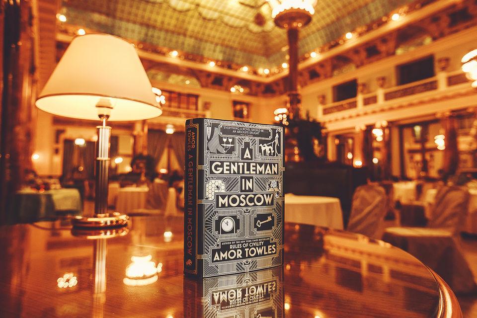 История «Джентльмена в Москве» разворачивается в России 20-х годов прошлого века в отеле «Метрополь»