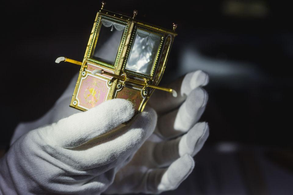 Портшез Фаберже. В последний раз, когда подобный экземпляр миниатюрной мебели был представлен на аукционе более десяти лет назад, лот ушел с молотка за $2 280 000