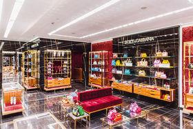 В корнере, где представлены сумки Dolce & Gabbana, как и во многих других новых пространствах, акцент сделан на интересном дизайне интерьера
