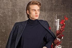 Водолазка, пиджак, карманный платок и брюки – все Brunello Cucinelli, перчатки Pal Zileri, часы Breitling