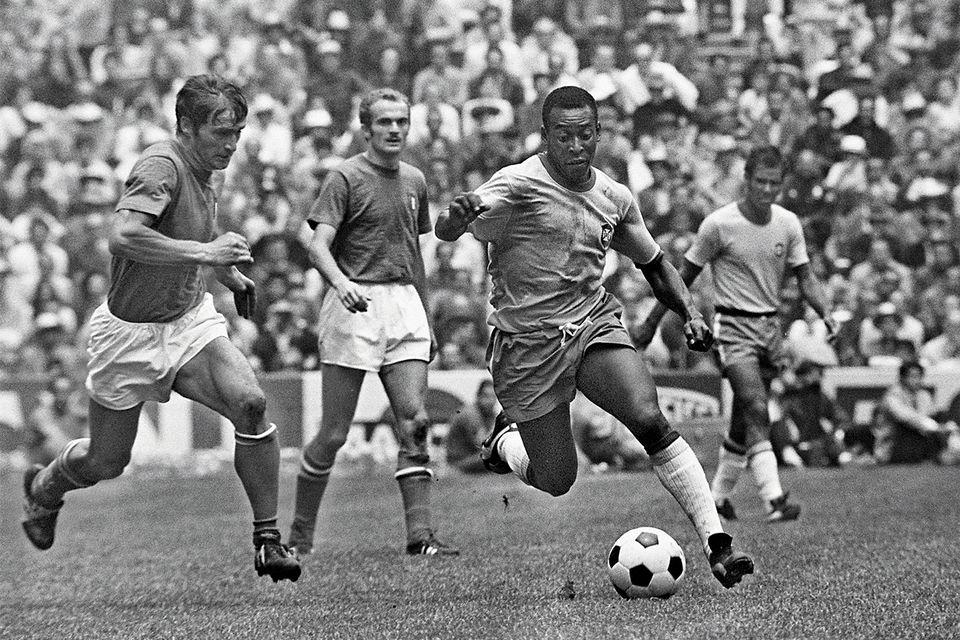 Пеле вошел в историю футбола как обладатель феноменальной техники владения мячом, которая сочеталась с большой скоростью передвижения по полю