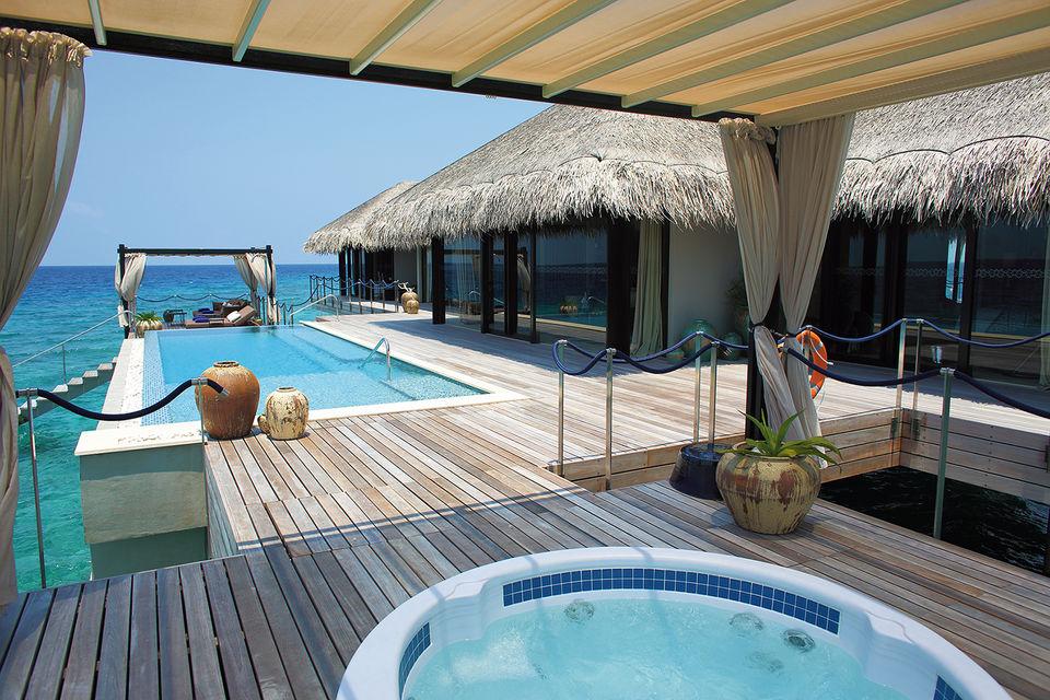 Дизайн отеля, который олицетворяет сочетание традиционной мальдивской культуры и современной роскоши, был разработан чешским архитектором Петром Коларом
