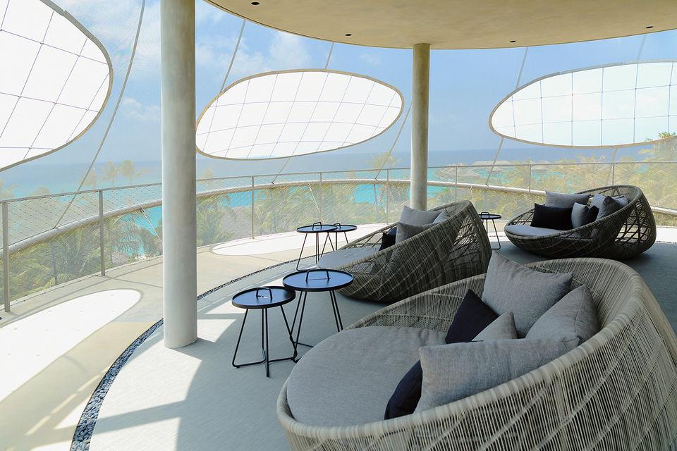 На вершине башни Tavaru находится ресторан-бар экспериментальной японской кухни и лаундж-зона с панорамным видом на остров