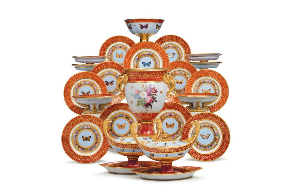 Подборока отдельных предметов из десертного сервиза севрского фарфора, являющегося частью сервиза «Марли Руж», выполненного специально для Наполеона Бонапарта, 1807-1809 гг.