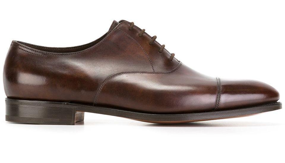 Эталонный минимализм от John Lobb. Обратите внимание на неравномерную патину туфель: ее специально создают на дубильне во время обработки кожи.