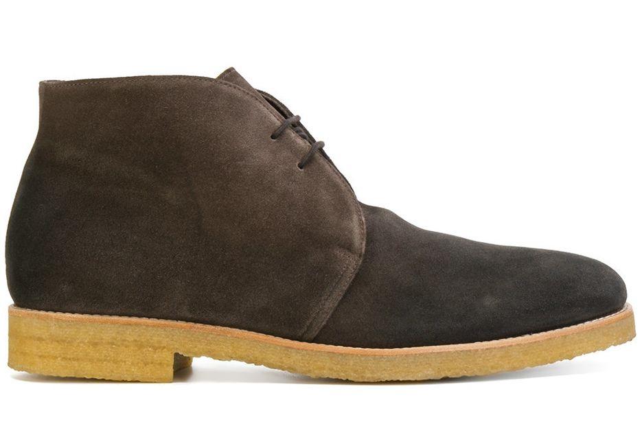 Традиционные ботинки чукка от Doucal's из замши на контрастной креповой подошве желтого цвета.