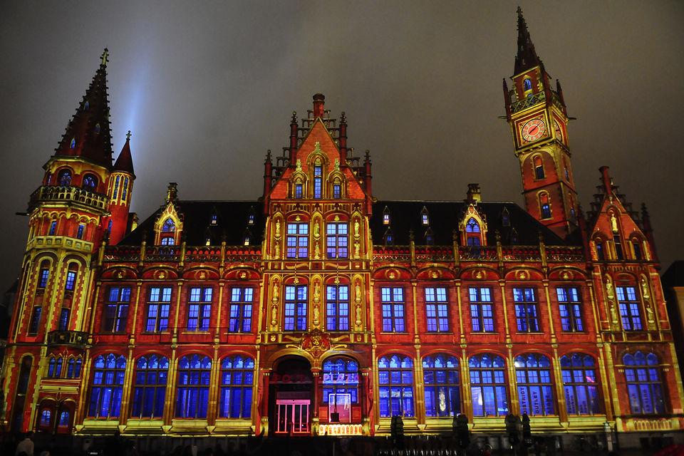 Подсветка здания почты в Генте, построенного в 1898-1910 гг по проекту  зодчего Луи Клокета