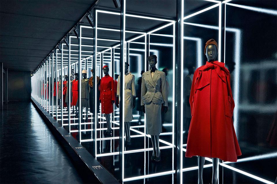 Галерея костюмов и пальто работы Кристиана Диора на юбилейной выставке в Musee Les Arts Decoratifs, Париж