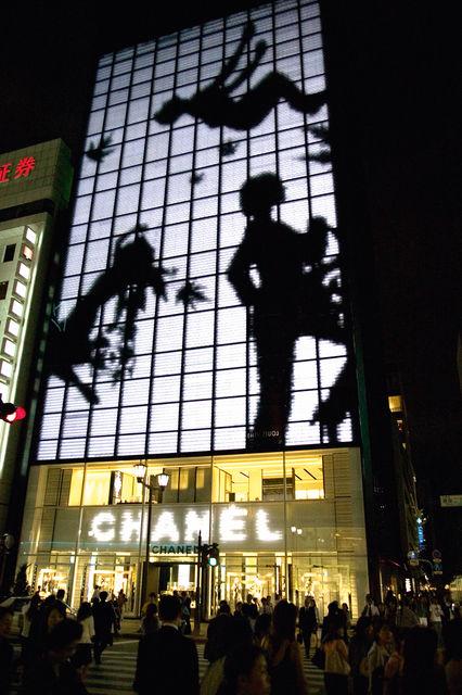 Фасад магазина Chanel в токийском районе Гинза функционирует как телеэкран снаружи и выглядит как прозрачное стекло внутри