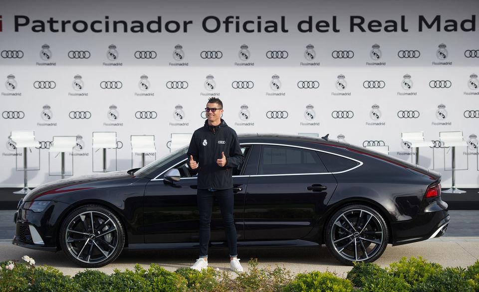 Криштиану Роналду на фоне Audi RS 7 Sportback