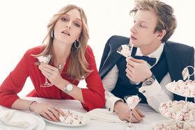 Она: Платье, серьги, колье, часы, кольца и браслеты – все Dior<br>Он: Рубашка Brunello Cucinelli, жилет и смокинг Corneliani, бабочка и запонки Etro, часы Hublot, тарелки Noritake, блюдо Lenox, бокалы Eisch