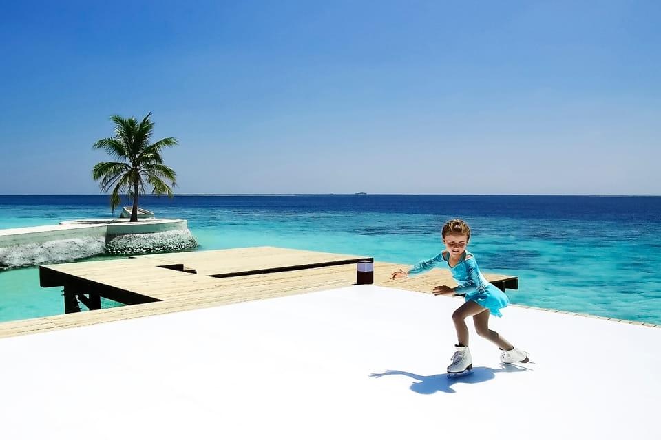 Каток, окруженный пальмами и лазурным океаном, расположен на территории курорта Jumeirah Vittaveli