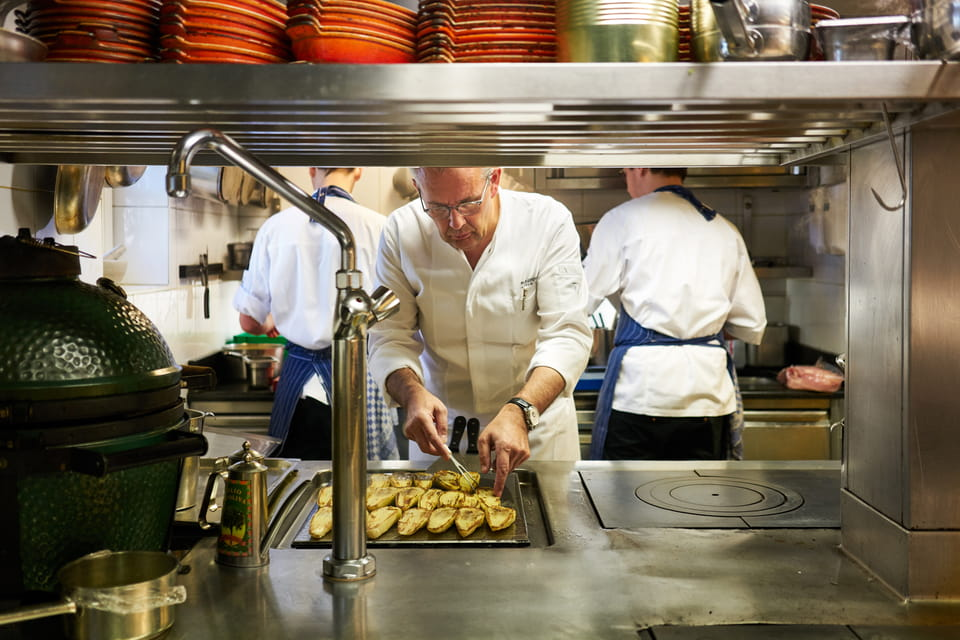 Шеф-повар Петер Госенс за работой на кухне ресторана Hof van Cleve