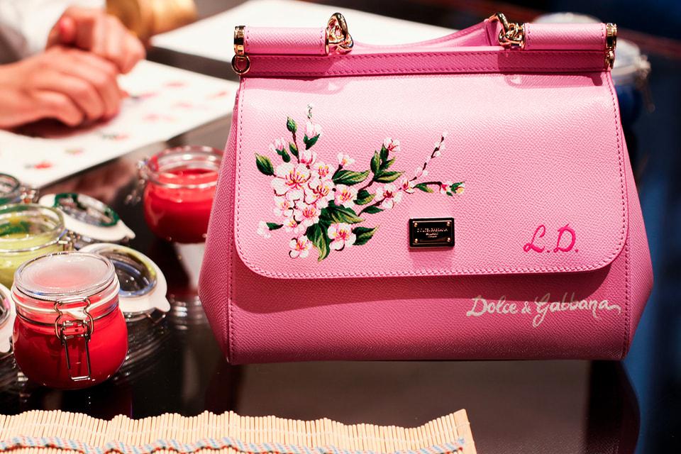 Художники из  Dolce & Gabbana вручную распишут сумки и кошельки