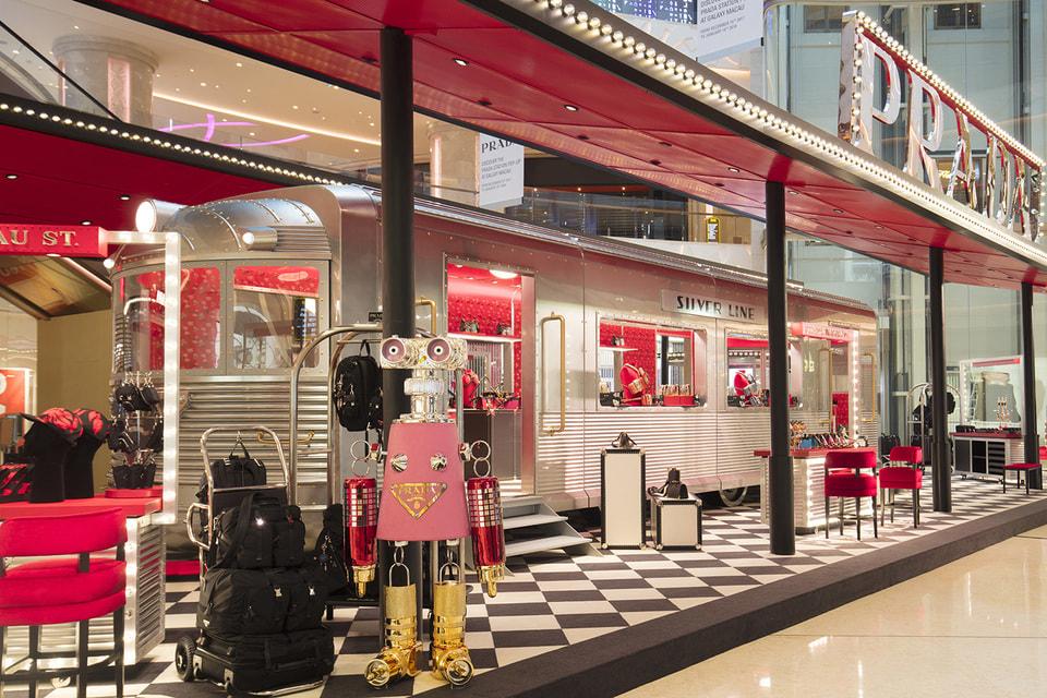 «Пассажиров» поезда встречают роботы Prada