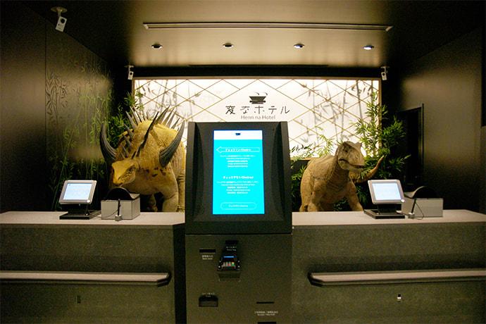 На ресепшене гостей обслуживают роботы-динозавры