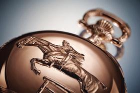 Конные пробеги, конкур и скачки давно являются неотъемлемой частью образа Longines, поэтому всадник на лошади становится сюжетом карманных часов, а в бренде существует отдельная коллекция Equestrian
