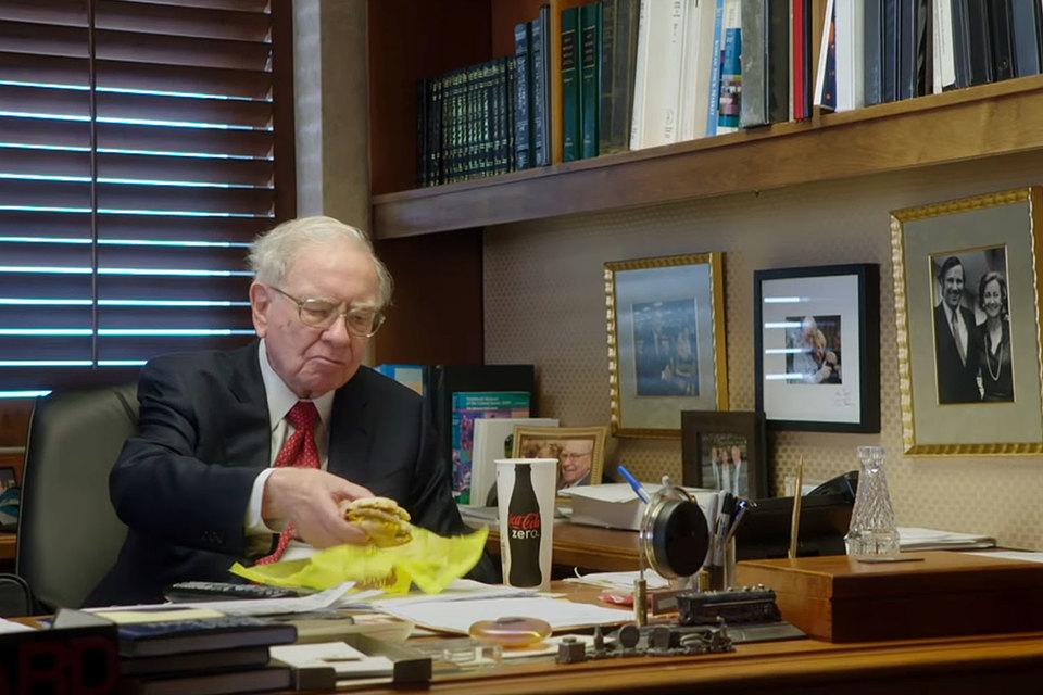 Уоррен Баффетт экономит на завтраках в McDonald's, когда рынок падает