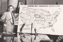 Чтобы загнать американскую глубинку в стойло холодной войны, пришлось пережить несколько неприятных лет расцвета маккартизма. На фото: сенатор Джо Маккарти на слушаниях «Маккарти против армии США», 1954 год