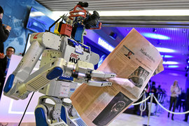 Робот HUBO читает газету на форуме в Давосе