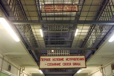 Комитет Госдумы по госстроительству и законодательству в четверг поддержал законопроект по допуску адвокатов в сизо, несмотря на отрицательный отзыв правительства