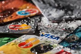 На некоторые доходные карты уже капают проценты выше ставок вкладов в госбанках