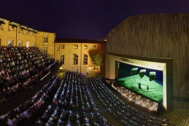 На ключевой площадке фестиваля – в Театре архиепископства – спектакли играются под открытым небом