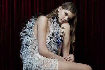 Модель в одежде из коллекции Calvin Klein By Appointment