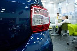 За прошлый год продажи новых легковых автомобилей в рублях практически не изменились. В штуках рынок сократился на 11%