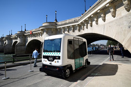 Париж начал тестировать первые два беспилотных электрических минибуса производства компании Easymile