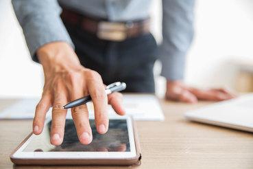Крупнейшие компании пересматривают роль руководителей из-за бурного развития цифровых технологий и сокращают циклы выпуска новых продуктов
