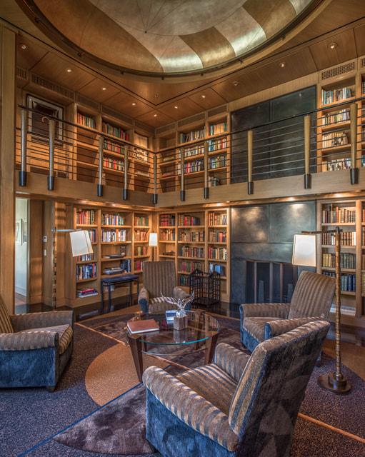 Внутри дома также разместилась достаточно внушительная библиотека
