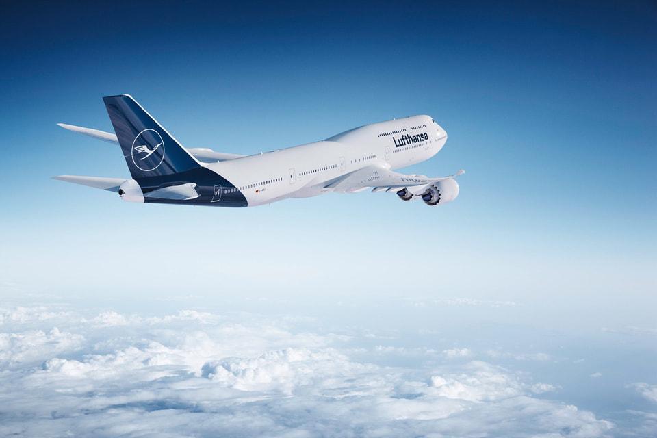 Самолет из новой ливреи