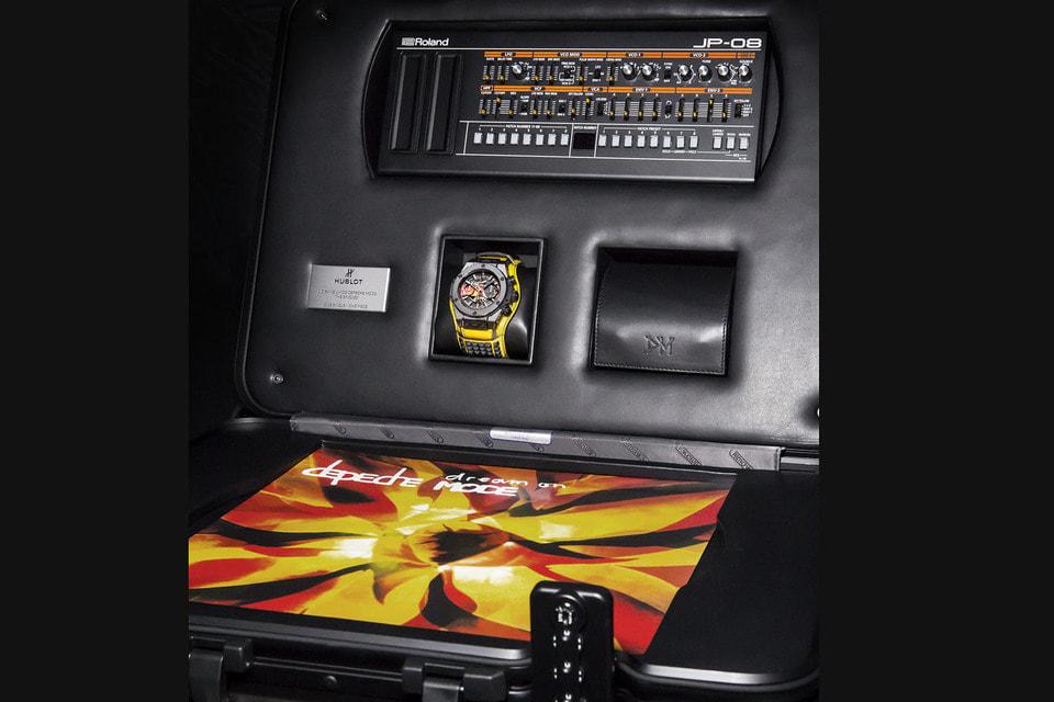 Часы предлагаются в специальном  чемодане, напоминающем пульт звукозаписи. Внутри – набор из всех 55 синглов, вышедших за 37-летнюю историю Depeche Mode