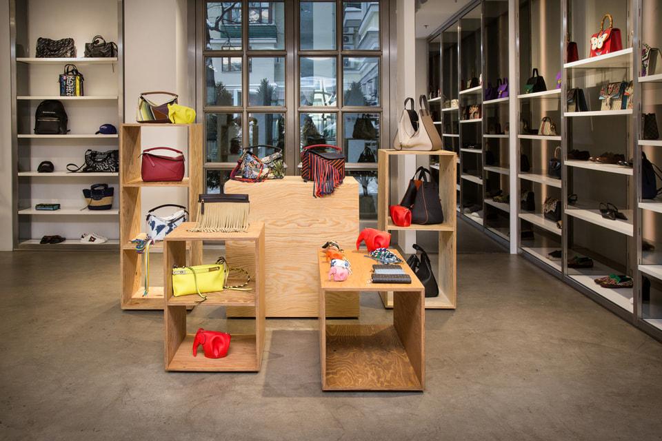 В корнере представлены сумки, обувь и аксессуары