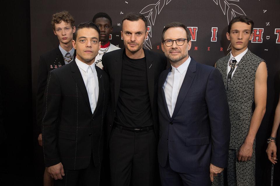Артистический директор Dior Homme за кулисами показа с актерами Рами Малеком и Кристианом Слейтером