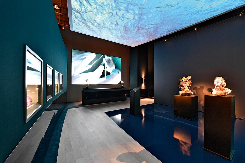 Экспозиция работ Дэмиена Хёрста на стенде Ulysse Nardin на салоне SIHH 2018