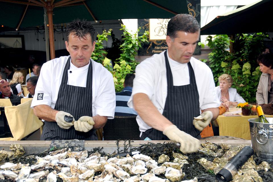 Повара обычно готовят свои блюда непосредственно на глазах у зрителей