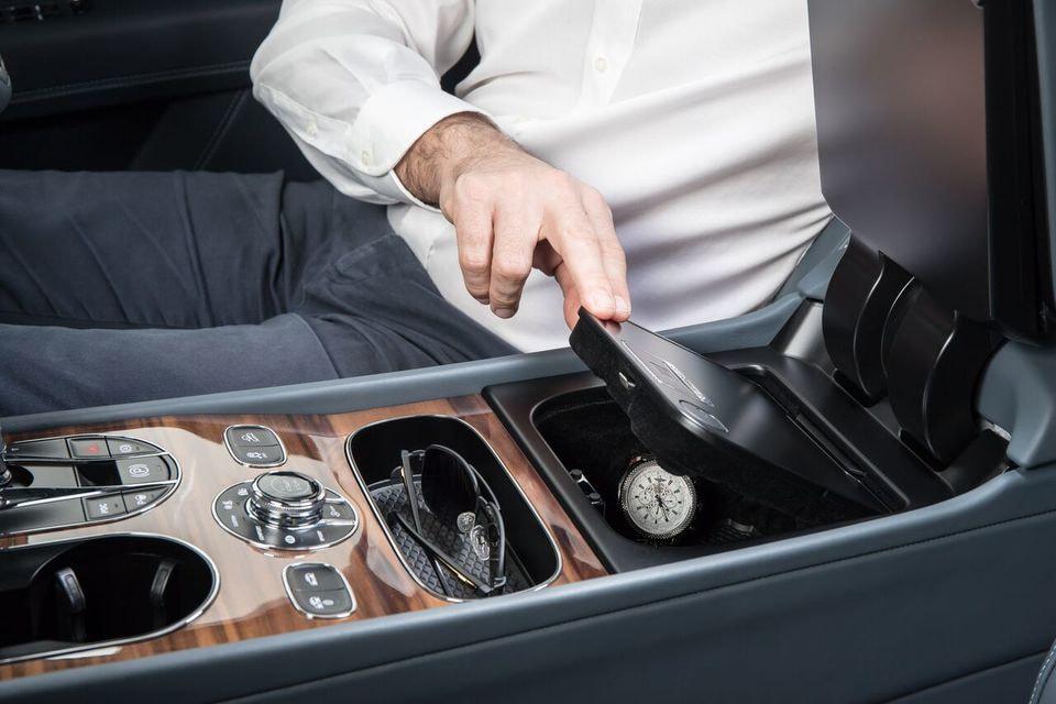 Сейф, оснащенный емкостным сканером отпечатков пальцев, разработан специально для Bentayga