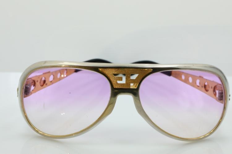 Солнцезащитные очки с тонированным стеклами выполнены из пластика и дополнены элементами из  хрома