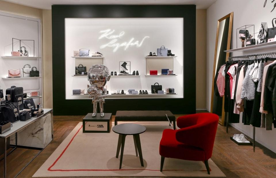 В магазине представлена женская коллекция одежды, сумок и аксессуаров сезона весна-лето 2018