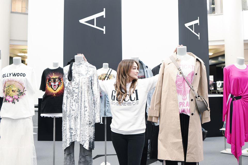 Новый проект – концептуальный pop-up store в ТЦ Атриум. В технологичном пространстве  объединены онлайн и офлайн форматы: покупатели могут приобрести  представленные вещи или сделать заказ онлайн. В этом им помогут  digital-панели и планшеты.